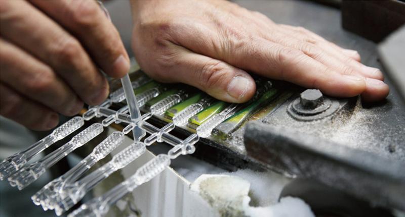 よくテレビで見るような大型工場の生産ラインではなく、一つ一つが熟練の職人の手でつくられていきます。