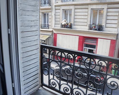 パリのホテル窓からの景色を眺めながら朝の歯磨き